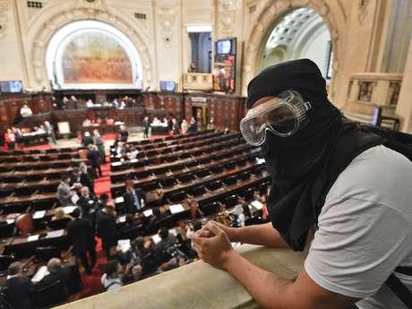 Cerca de 50 pessoas, entre elas algumas mascaradas, acompanhavam nas galerias da Alerj a sessão que vai discutir o projeto de lei de autoria que proíbe a presença de pessoas com o rosto coberto em manifestações