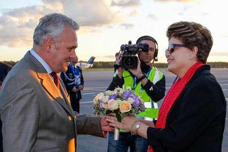 <p>Dilma recebe cumprimentos durante sua chegada a São Petersburgo</p>
