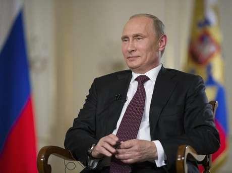 """Presidente russo, Vladimir Putin, concede entrevista em sua residência oficial, em Novo-Ogaryovo, Moscou, 3 de setembro de 2013. Putin disse nesta quarta-feira que o Congresso dos EUA não tem o direito de aprovar o uso da força contra a Síria sem uma decisão do Conselho de Segurança da ONU, e se o fizer estará cometendo um """"ato de agressão""""."""