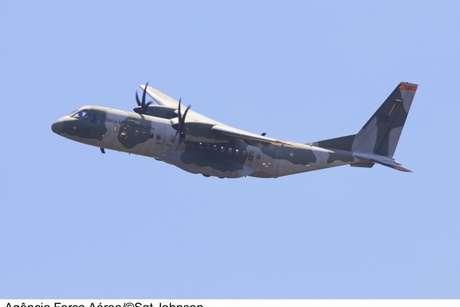 Avião auxilia nas buscas pelos cinco desaparecidos após acidente