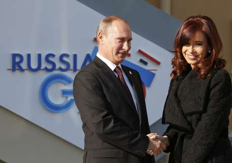 Russia's President Vladimir Putin (L) welcomes Argentina's President Cristina Fernandez de Kirchner before the first working session of the G20 Summit in Constantine Palace in Strelna near St. Petersburg, September 5, 2013.            REUTERS/Grigory Dukor (RUSSIA  - Tags: POLITICS)