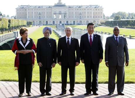 <p>Chefes de estado dos países que formam o grupo dos Brics posam para foto após reunião durante cúpula de G20 em Strelna, próximo a São Petersburgo</p>