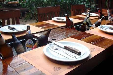 <p>A mesa tem lugar para oito pessoas e mantém a cerveja na temperatura ideal</p>