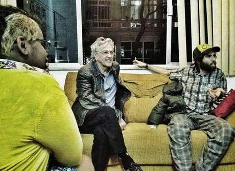 <p>O compositor conversa com a equipe do coletivo de jornalismo Mídia Ninja</p>