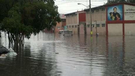 <p>La caída histórica de 84 milímetros por segundo de lluvia en la Ciudad de México provocó inundaciones en domicilios de la delegación Iztapalapa, donde el nivel del agua alcanzó hasta 1.60 metros de altura.</p>