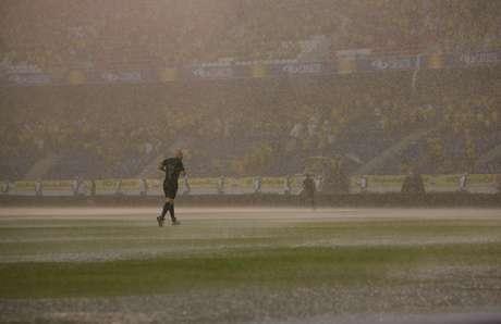 <p>Dilúvio atrasou início partida em uma hora e meia; na volta do intervalo queda na ilumação voltou a paralisar jogo</p>