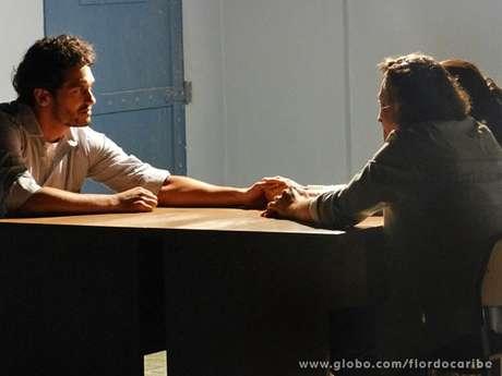 Hélio (Raphael Viana) ainda se emociona com uma carta que recebe dos irmãos