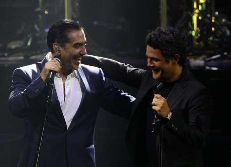 <p>Alejandro Fernández cantó a dúo con Alejandro Sanz el viernes 6 de septiembre de 2013, durante su concierto en la ciudad mexicana de Guadalajara donde se celebra el XX Aniversario del Encuentro Internacional del Mariachi y La Charrería en el que España es el país invitado.</p>