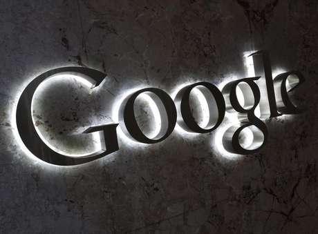 Logo da Google na entrada do escritório da empresa em Toronto, Canadá, 5 de setembro de 2013. O Google ofereceu novas concessões com o objetivo de encerrar uma investigação de três anos sobre reclamações de que a empresa bloqueia competidores e para evitar uma possível multa de 5 bilhões de dólares, disse a Comissão Europeia nesta segunda-feira.