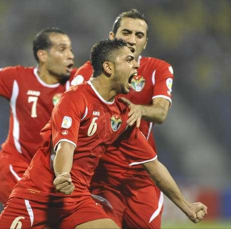 El jugador de Jordania, Saeed Al Murjan, al frente, festeja un gol contra Uzbekistán en los playoffs de Asia por las eliminatorias mundialistas el martes, 10 de septiembre de 2013, en Tashkent, Uzbekistán.