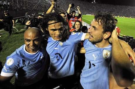 <p>Cavani (centro) e Stuani (dir.) marcaram os gols do Uruguai no jogo</p>