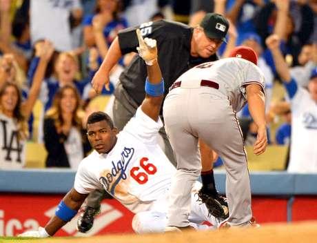 Yasiel Puig llega safe en tercera base. Dodgers de Los Ángeles contra los Diamondbacks de Arizona se verán las caras en Australia.
