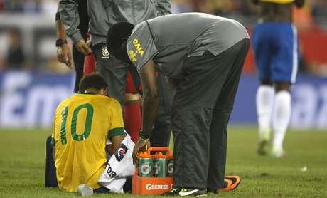 <p>Neymar recebe atendimento médico por causa das entradas duras cometidas pelos portugueses</p>