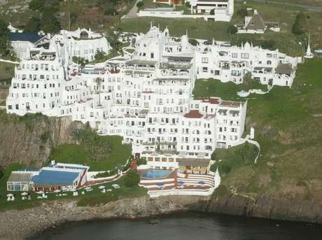 <p>Vista do alto, a Casapueblo, casarão do artistaCarlos Páez Vilaró em Punta Del Este, no Uruguai,chama atenção especial dos brasileiros por um detalhe curioso: sua forma lembra o mapa do Brasil</p>