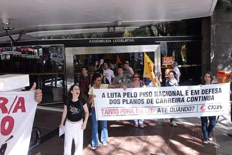 Estudantes e professores deixaram o prédio da Assembleia Legislativa do Rio Grande do Sul nesta manhã