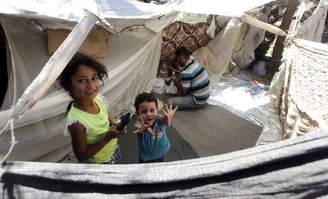 <p>Una familia de refugiadossirios permanece en una tienda improvisada mientras espera para entrar en el campamento oficialen Oncupinar, en la frontera con Siria, en Kilis, Turquía.</p>