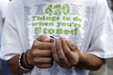 Ativista acende um baseado durante uma manifestação pró-maconha em Denver, no Colorado