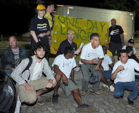 Manifestantes posam para agente infiltrado que se passou por jornalista durante protesto em frente à casa do presidente da Vale