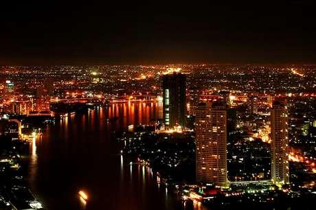 <p><strong>Bangkok desde el Sirocco Sky Bar</strong>. Este incríble restaurante está situado en la planta 63 de la State Tower. Su terraza está abierta al público y ofrece una panorámica al mar de luces de la ciudad.</p>