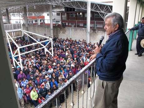 Andrés Manuel López Obrador presenció la toma de protesta del comité municipal del Movimiento Regeneración Nacional en el municipio indígena de Oxchuc, que pertenece a la región de Los Altos de Chiapas.