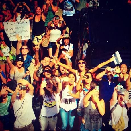 <p>Justin Timberlake retribuiu o carinho do fãs ao tirar uma foto deles em frente ao Copacabana Palace, onde fazem vigília</p>