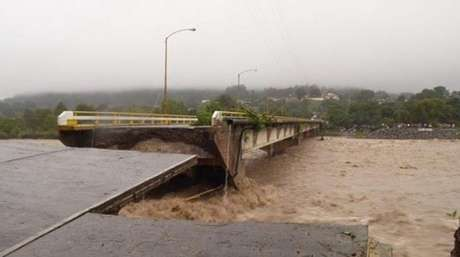 Imagem mostra ponte prestes a ceder em Veracruz, na costa leste do México, onde são esperadas fortes chuvas nas próximas horas