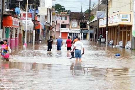 La SCT y la Secretaría de Obras Públicas de Hidalgo reportaron que el huracán 'Ingrid' ha dejado un saldo de 2 muertos, 1 desaparecido y 79 derrumbes.