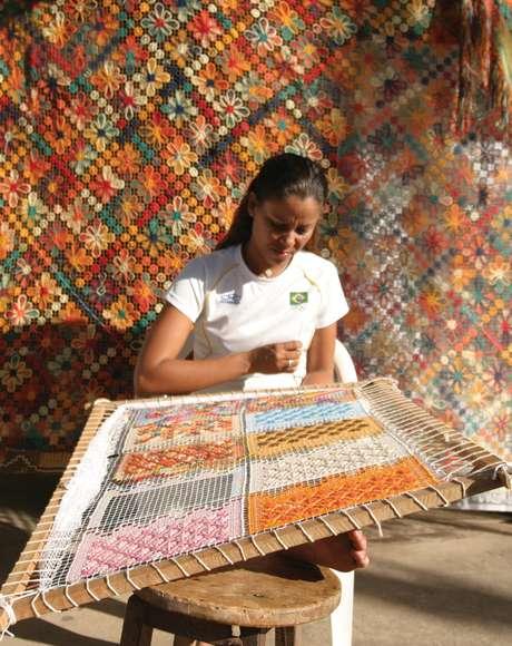 <p>Renda de filé, que vai parar em colchas e toalhas: o artesanato mais conhecido de Maceió</p>
