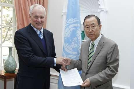 Ake Sellstrom (esq.), chefe de inspetores da ONU, entrega relatório ao secretário-geral Ban Ki-moon