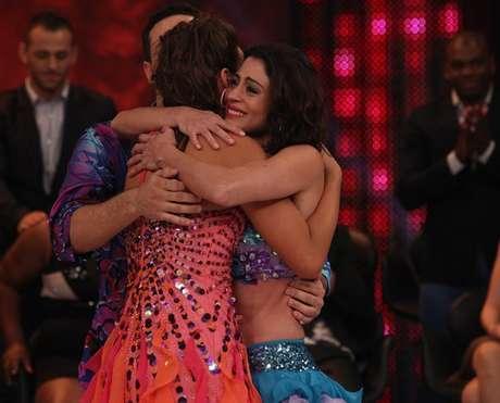 <p>Campeã e vice se abraçam no palco do programa</p>