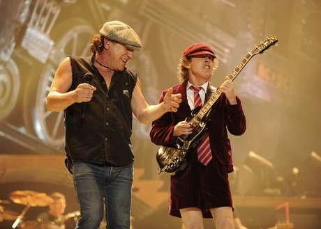 Brian Johnson e Angus Young, do AC/DC: acordes no início e fim das aulas na Bulgária
