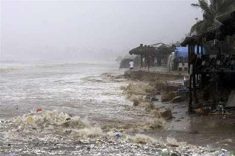 Fuertes mareas en una playa de Acapulco, México, sep 15 2013. El huracán Ingrid se debilitó el lunes a tormenta tropical en las costas del Golfo de México mientras la tormenta Manuel se disipaba sobre el litoral mexicano del Pacífico, después de que los fenómenos climáticos dejaran a su paso 22 muertos, miles de evacuados y daños materiales.