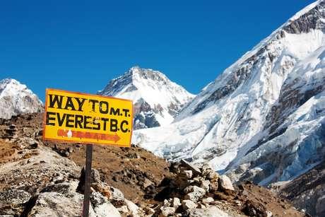 Mais de 230 pessoas escalaram o Everest no mesmo dia