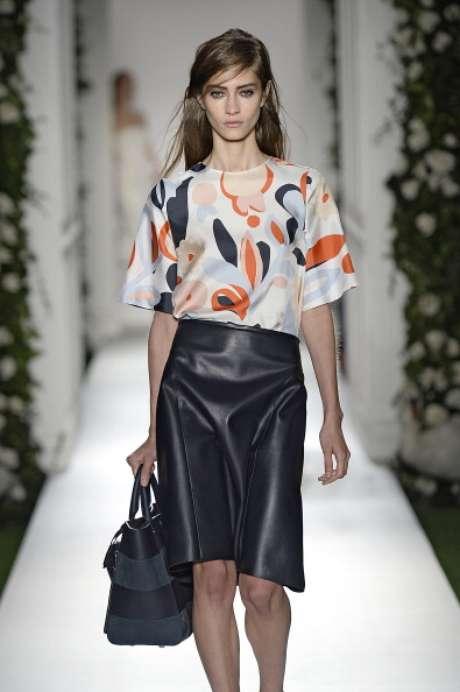 <p>Mulberry apresentou saia mídi, couro e blusa com estampas grandes de flores</p>