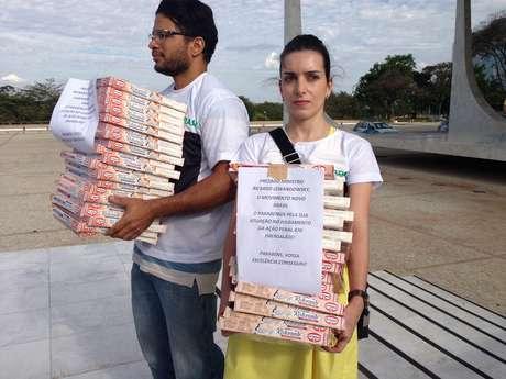 """Manifestantes tentaram entregar pizzas ao ministro revisor, Ricardo Lewandowski, """"por sua atuação"""" ao longo do julgamento"""