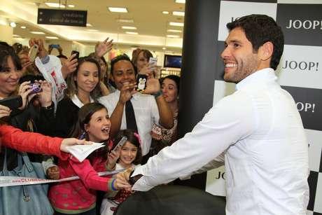 <p>Dudu Azevedo participou de tarde de autógrafos nesta quinta-feira (19)</p>