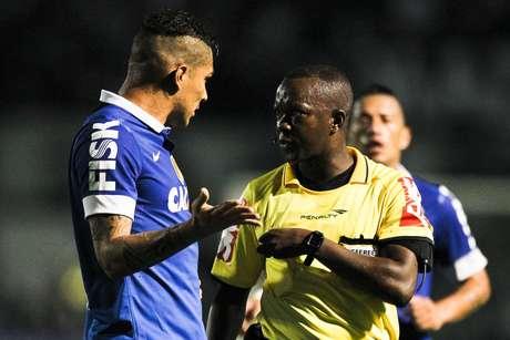 <p>Paulo César de Oliveira apintado uma partida do Corinthians</p>