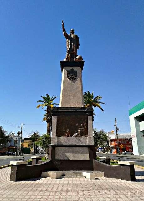 O descobridor da América não apenas dá nome ao Paseo Colón como também é homenageado por uma estátua no local