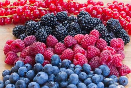 <p>Frutas vermelhas, como o morango e a amora, contêm antocianina, que pode alterar a atividade dos genes em células de gordura, dificultando o ganho de peso</p>