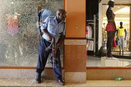 Policial é visto em shopping em Nairóbi, no Quênia, onde homens armados, matando pelo menos 20 pessoas em um ataque que o governo do Quênia afirmou que pode ser terrorista, causando a correria de uma verdadeira multidão em fuga, com pessoas se escondendo nas lojas, em um cinema e nas ruas. 21/09/2013
