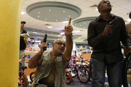 <p>Oficiais de segurança observam área dentro do shopping center Westgate, em Nairobi</p>