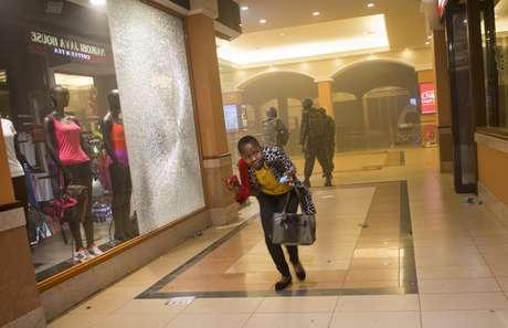 <p>Refém deixa shopping de Nairóbi</p>