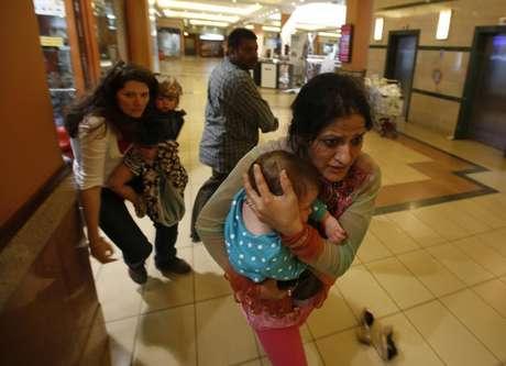 <p>Mulheres carregando crianças são retiradas de shopping center em Nairóbi</p>