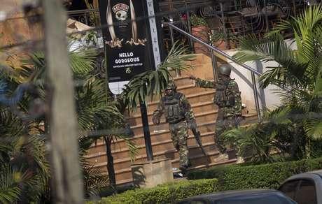 Soldados deixam shopping Westgate no Quênia após forte explosão e tiros