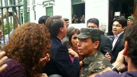 <p>Randolfe e Bolsonaro discutem durante visita ao Doi-Codi, que funcionava em um prédio no interior do 1º Batalhão da Polícia do Exército, na Tijuca, zona norte do Rio de Janeiro</p>