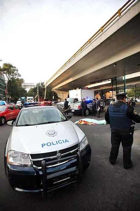 <p>La Policía cerró uno de los laterales de Circuito Interior, en espera de que los peritos de la Procuraduría para realizar el levantamiento del cadáver.</p>