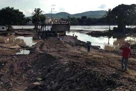 Una parte del puente que se encuentra en Coyuca de Catalán se derrumbó tras el desfogue de la presa El Caracol.