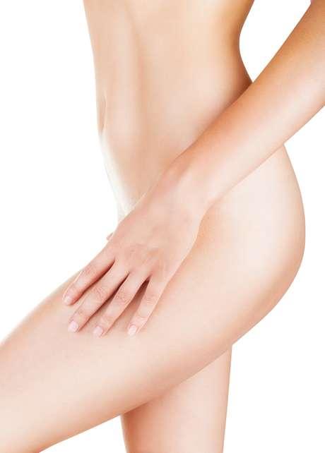 Manter a pele hidratada é fundamental antes e depois porque auxilia na remoção dos fios e evita o ressecamento