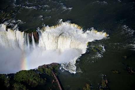 <p>Vista aérea mostra turistas no mirante da Garganta do Diabo, no parque argentino</p>