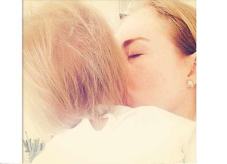 <p>Angélica compartilhou com seus seguidores uma foto beijando a filha Eva, que completa um ano nesta quarta-feira (25)</p>